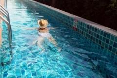 朝のひと泳ぎを楽しむ。24時間利用できます