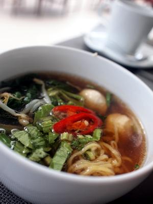 バーミーナーム・チキンはタイ風ラーメン。スープがメチャウマ!