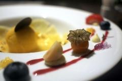 パイナップルのカルパッチョとマンゴアイス。ブルーベリーやほおずきなどが可愛くデコレーション。