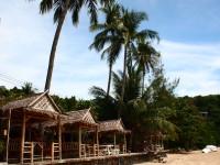 ビーチ沿いにサラ(東屋)が並ぶレストラン。のんびりな雰囲気です