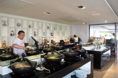 朝食ビュッフェはロビーのレストランで6時30~10時30分まで。