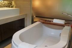 スーペリアスイートのバスルームは広々。バスタブ、シャワーブース、洗面台、トイレ、クローゼットがあります