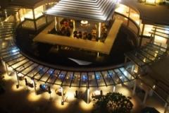 部屋から見た夜の風景。三角屋根のサラが特徴的。
